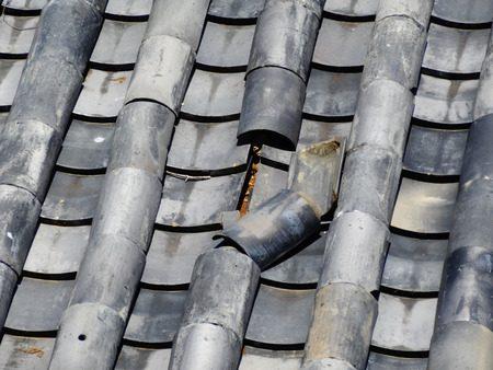 修理が必要な壊れた瓦屋根