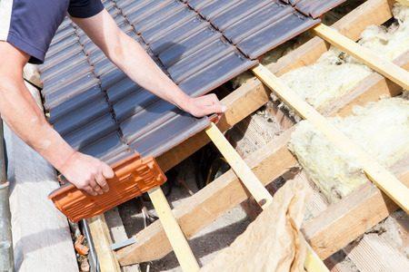 瓦が劣化して屋根のリフォームが必要になったら費用はどのぐらいかかる?