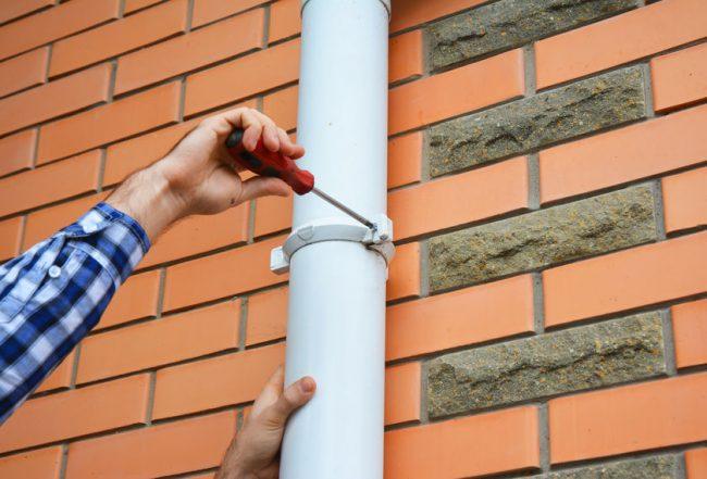 雨樋パイプの修理、緩んだ部分の固定