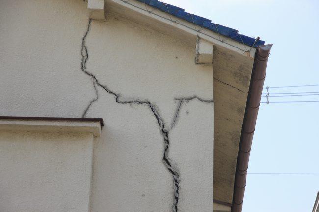 外壁の大きなひび割れ