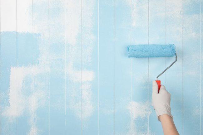 壁にペンキを塗るイメージ画像