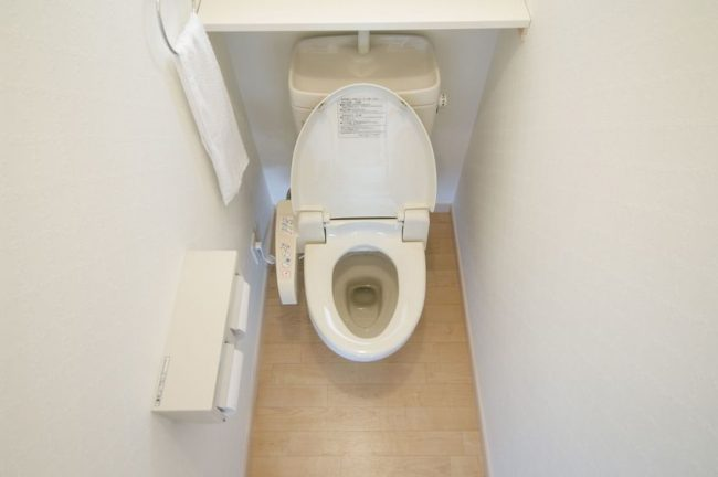 増設された狭いトイレのイメージ