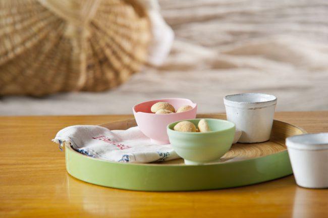 お盆に乗せたお茶と和菓子