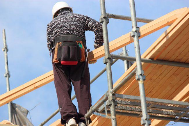 木材を運ぶ職人
