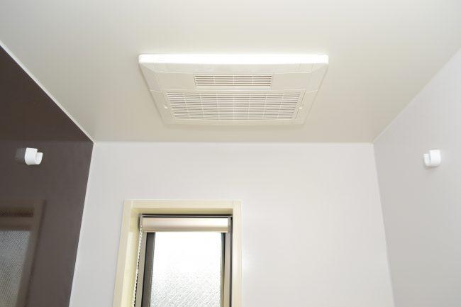 下から見上げるトイレの換気扇