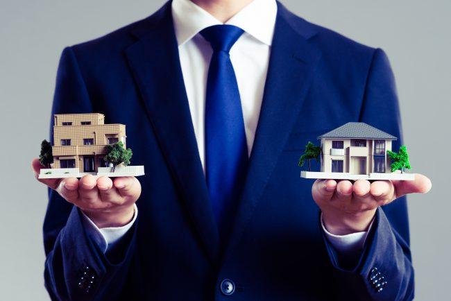 住宅モデルを比べる営業マン