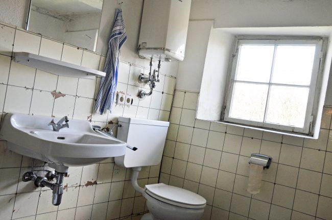 古く汚れているトイレのイメージ