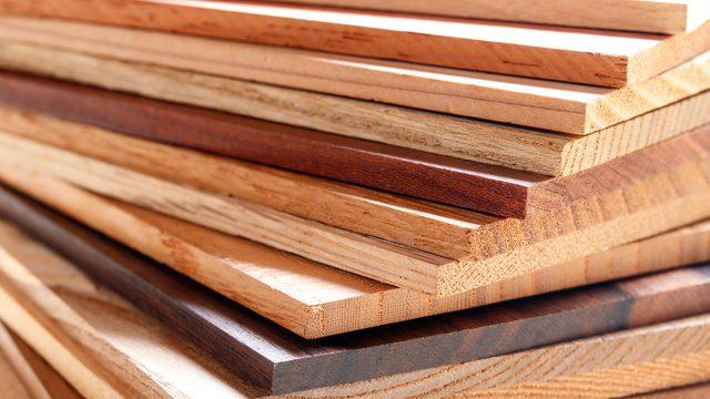 積み重ねられたたくさんの種類の木材